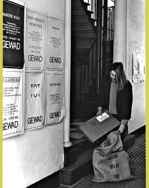 <p>In de gang van het Gewad hangen tentoonstellingsaffiches van Marthe Wéry, Cindy Sherman, Peter Downsborough, Henk Visch, Raoul De Keyser en Art &amp; Language</p>